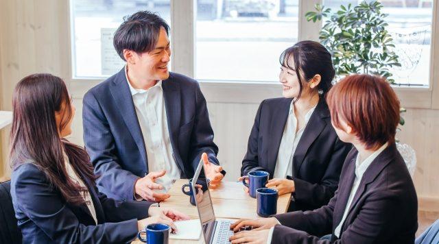 「見た目が大事」は誤解!メラビアンの法則やコミュニケーションのポイント、ビジネスへの活用法について解説